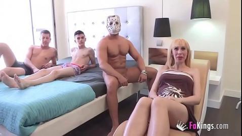Три самца отымели мамашку