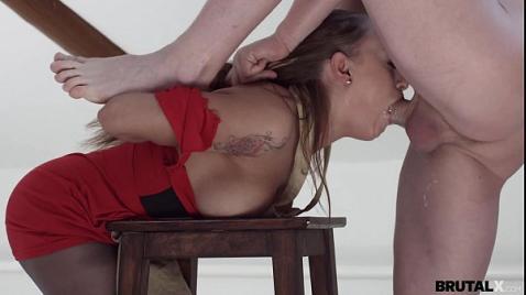 Порно изнасилование милой художницы