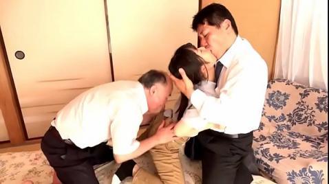Старик с другом насилуют японку