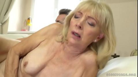 Секс зрелой мамки с молодым пацаном