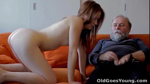 Зрелый дед трахает молодую девушку