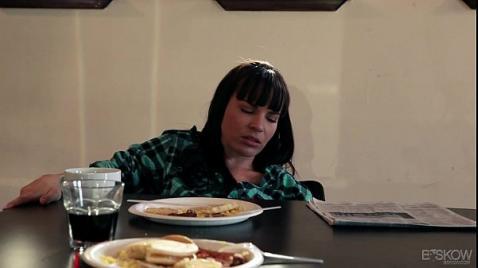 Девушка под столом лижет пизду у зрелой