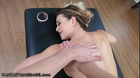 Блондинка ебется  во время массажа
