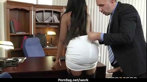 Чернокожая негритянка делает начальнику минет