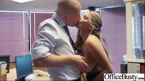Шлюха в офисе делает боссу минет