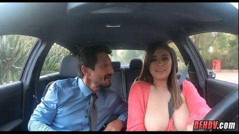 Грудастая дама делает в машине минет