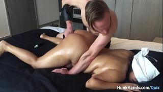 Парень массажирует пышке половые органы