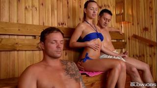 Парни в сауне накормили телку спермой