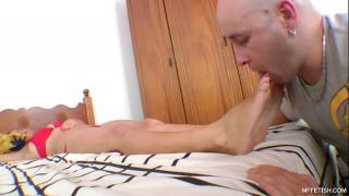 Самец дрочит хуй об ноги любимой